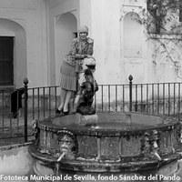Visita de Doris Niles, bailarina clásica norteamericana, a Sevilla. En una fuente del Real Alcázar. ©ICAS-SAHP. Fototeca Municipal de Sevilla, fondo Sánchez del Pando