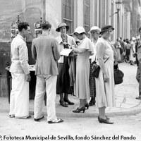 Grupo de turistas en el Patio de Banderas.1934 ©ICAS-SAHP, Fototeca Municipal de Sevilla, fondo Sánchez del Pando
