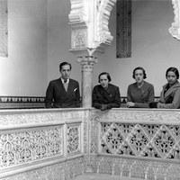 Joaquín Romero Murube con un grupo de turistas en el Real Alcázar. 1935 ©ICAS-SAHP, Fototeca Municipal de Sevilla, fondo Sánchez del Pando
