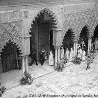 Recepción en el Alcázar a una comisión de moros notables procedentes de Tetuán en plena Guerra Civil. 10 de marzo de 1937. ©ICAS-SAHP. Fototeca Municipal de Sevilla, fondo Serrano