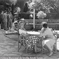 """La actriz francesa Brigitte Bardot durante el rodaje de la película """"La femme et le pantin"""" en el Real Alcázar. 1958 ©ICAS-SAHP, Fototeca Municipal de Sevilla, fondo Gelán"""