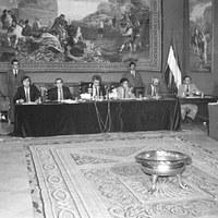 Pleno extraordinario del Parlamento de Andalucía en el Salón del Almirante de los Reales Alcázares donde se ratificó la vía del artículo 151 mediante la modificación de la Ley Orgánica de referéndum, que permitió desbloquear la Autonomía andaluza. 26 de septiembre de 1980 ©ICAS-SAHP. Fototeca Municipal de Sevilla, fondo Serrano