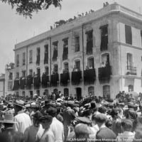 2- La ciudad amaneció de luto para recibir los restos mortales del torero sevillano. Los mantones negros cuelgan de los balcones del edificio de la calle Bailén esquina a la Alameda de Hércules.19.05.1920