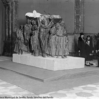 4-El Mausoleo de Joselito le fue encargado al escultor valenciano Mariano Benlliure (en la imagen con los Infantes Carlos, Luisa e Isabel Alfonsa) por la familia del torero. La escultura llegó a Sevilla en 1925 y se expuso públicamente en el Palacio de Bellas Artes.1925