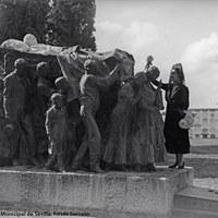 5- Instalado definitivamente en el Cementerio de San Fernando en 1926, representa la multitudinaria manifestación que acompañó al diestro, en su último paseíllo camino del Camposanto.1926