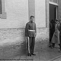 4- El torero Joselito con uniforme del Regimiento de Ingenieros del que fue soldado de cuota. A la derecha, su instructor el teniente Juan Chaparro. 12-1916