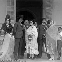 5- Comprometido siempre con las causas benéficas, vemos a Joselito en la puerta de acceso a su residencia en la Alameda de Hércules colaborando en una cuestación popular. 1919