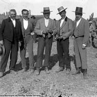 7- Joselito durante un herradero en el Cortijo de Pino Montano con Ignacio Sánchez Mejías y Juan Manuel de Urquijo, propietario de la ganadería de Murube entre otros. 12-1917
