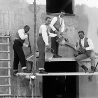 8- Joselito, su cuñado Ignacio Sánchez Mejías, el picador Antonio Chaves Camero y Manuel Sierra trabajando en las obras de la placita de toros que los marqueses de Urquijo construían en la finca Juan Gómez. 02.1918