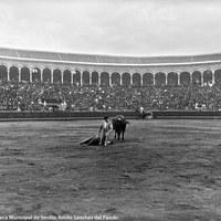 10- Un remate con el capote de rodillas y de espaldas al toro en el centro de la Real Maestranza de Sevilla.1917