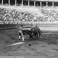 12- Joselito entrando a matar en el coso de la Monumental de San Bernardo. 1919