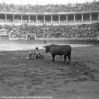 8- Joselito se adorna con un sombrero en el centro del ruedo de la Monumental de San Bernardo.1919