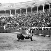 9- Un espectacular pase de rodillas durante la faena de Joselito en su soñada Plaza Monumental de San Bernardo.1918