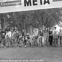 20. Carrera ciclista popular. Década de 1960 ©ICAS-SAHP, Fototeca Municipal de Sevilla, fondo Serafín