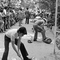21. Concurso de corte de troncos en el Parrque . 1974 ©ICAS-SAHP, Fototeca Municipal de Sevilla, fondo Serrano