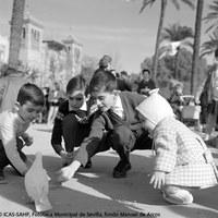 23. Las palomas de la Plaza de América. 1965 ©ICAS-SAHP, Fototeca Municipal de Sevilla, fondo Manuel de Arcos