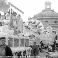 30. Cabalgata de Reyes Magos del Ateneo de Sevilla saliendo de los jardines del Casino de la Exposición. 1976 ©ICAS-SAHP, Fototeca Municipal de Sevilla, fondo Serafín
