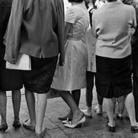 26. SERAFÍN SÁNCHEZ RENGEL. Domingo de Ramos... o sufrir para presumir. 1962.  La tradición impone el estreno de atuendo en el inicio de la Semana Santa.  © ICAS-SAHP, Fototeca Municipal de Sevilla, Archivo Serafín