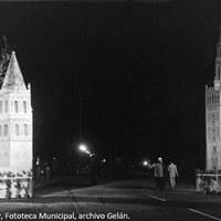 5. Portada de la Velá, en el puente de Triana, con la reproducción de la Giralda y de la torre de Santa Ana. Década de 1950. ©ICAS-SAHP, Fototeca Municipal, archivo Gelán.