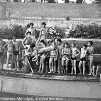 7. Una estampa de los participantes en la cucaña en la década de los años setenta, en la que destaca un auténtico muestrario de bañadores masculinos.  ©ICAS-SAHP, Fototeca Municipal, archivo Serrano.