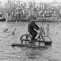 11. Manuel Pérez, mecánico ciclista, se dejó ver en el río con su invento, la bici-flotante, montada sobre flotadores de aluminio. 1926. © ICAS-SAHP, Fototeca Municipal, archivo Sánchez del Pando