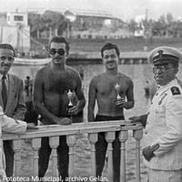 13. Ganadores de la competición de remo reciben su premio. 1955. ©ICAS-SAHP, Fototeca Municipal, archivo Gelán.