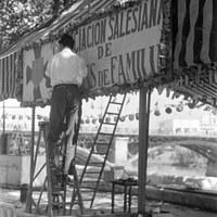 15. Montaje de la caseta de la Asociación Salesiana de Padres de Familia. 1969. © ICAS-SAHP, Fototeca Municipal, archivo Gelán.