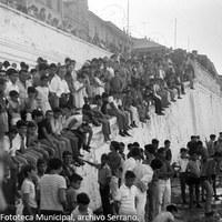 16. Gran expectación en la orilla de la calle Betis para presenciar la cucaña y los juegos en el río. 1968. ©ICAS-SAHP, Fototeca Municipal, archivo Serrano.