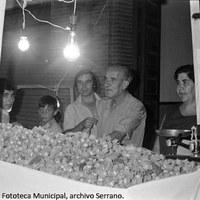 18. La tradición manda comprar un cartucho de avellanas verdes. Década de 1970. © ICAS-SAHP, Fototeca Municipal., archivo Serrano.