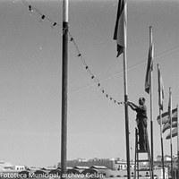 20. Banderas españolas y guirnaldas de bombillas en el Puente de Triana. Preparativos en el Puente de Triana. 1969. © ICAS-SAHP, Fototeca Municipal, archivo Gelán.