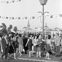 22. A la caída de la tarde, el puente se convierte más que nunca en la pasarela hacia el barrio de Triana. 1965. ©ICAS-SAHP, Fototeca Municipal, archivo Gelán.
