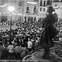 26. Escenario en la plaza del Altozano, al que asiste por primera vez la escultura del pasmo de Triana, Juan Belmonte. 1973. ©ICAS-SAHP, Fototeca Municipal, archivo Serrano.