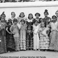 """27. Aspirantes a la elección de """"Miss Triana 1935"""". Las chicas debían tener una edad comprendida entre los seis y los doce años. 1935. ©ICAS-SAHP, Fototeca Municipal, archivo Sánchez del Pando."""
