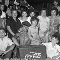 28. Familia y amigos se reúnen en torno a una nevera de bebida refrescante en la barcaza durante las  competiciones en el río. 1969 ©ICAS_SAHP. Fototeca Municipal, archivo Gelán.
