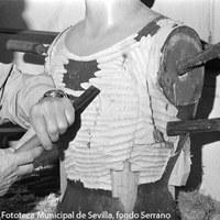 17.- El escultor trabajando en su taller.  Ca.1955-1960. ©ICAS-SAHP, Fototeca Municipal de Sevilla, fondo Serrano
