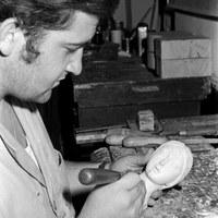 25.- El escultor e imaginero Luis Álvarez Duarte trabajando en su taller de la desaparecida Casa de los Artistas. 1972. ©ICAS-SAHP, Fototeca Municipal de Sevilla, fondo Cubiles