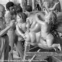 24.- Sebastián Santos junto a su hijo, Jesús Santos Calero, ultimando los detalles  de la nube de querubines para Nuestra Señora de la Asunción de Cantillana. 1971 ©ICAS-SAHP, Fototeca Municipal de Sevilla, fondo Vilches