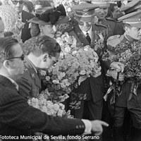 La señora Duarte fue recibida por una gran multitud que le agasajó con numerosos ramos de flores. ©ICAS-SAHP, Fototeca Municipal de Sevilla, fondo Serrano