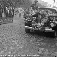 El automóvil que la condujo desde Tablada al hotel Alfonso XIII se cubrió con los ramos y coronas de flores recibidos a su llegada. ©ICAS-SAHP, Fototeca Municipal de Sevilla, fondo Serrano