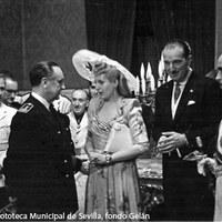 Por la noche fue recibida en el Salón Colón del Ayuntamiento donde el alcalde Rafael Medina, duque de Alcalá de los Gazules, le dio la bienvenida a la ciudad. ©ICAS-SAHP, Fototeca Municipal de Sevilla, fondo Gelán