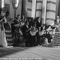 A las doce de la noche dio comienzo la verbena organizada en honor  de Eva Perón en la Plaza de América. Cuadros de baile flamenco actuaron en la explanada del recinto. ©ICAS-SAHP, Fototeca Municipal de Sevilla, fondo Serrano
