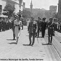 La señora Duarte a la Catedral de Sevilla. Pasó revista a las tropas que le rindieron honores a su llegada. ©ICAS-SAHP, Fototeca Municipal de Sevilla, fondo Serrano