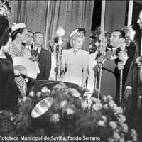 Rezo en el interior de la iglesia de San Gil ante la imagen de la Virgen de la Esperanza. ©ICAS-SAHP, Fototeca Municipal de Sevilla, fondo Serrano