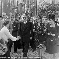 Llegada de Eva Duarte a la Fábrica de Tabacos en la calle San Fernando donde fue objeto de un homenaje tributado por las populares cigarreras. ©ICAS-SAHP, Fototeca Municipal de Sevilla, fondo Serrano
