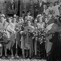Fábrica de Tabacos en la calle San Fernando. Grupo de cigarreras que hicieron entrega de varios ramos de flores y un mantón de manila a la señora del general Perón. ©ICAS-SAHP, Fototeca Municipal de Sevilla, fondo Serrano