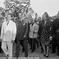 Acompañada por los ministros de Agricultura y Justicia fue recibida por un numeroso público en la finca Torre Pava. ©ICAS-SAHP, Fototeca Municipal de Sevilla, fondo Gelán