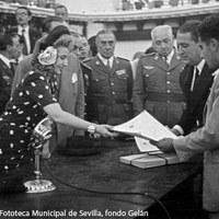 Eva Duarte hace entrega a los colonos de los 2.150 títulos de propiedad de viviendas y terrenos de explotación agrícola y ganadera. ©ICAS-SAHP, Fototeca Municipal de Sevilla, fondo Gelán