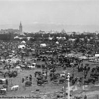 Panorámica general de la Feria en el Prado de San Sebastián hacia 1915. En la imagen, captada desde las instalaciones ferroviarias de San Bernardo, se aprecia el tono predominantemente ganadero que aún la presidía.