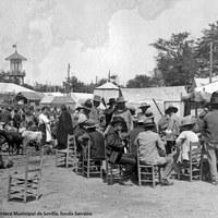 Típico cuadro de ganaderos y tratantes en la Feria hacia 1915. A la izquierda, el último cuerpo de la Pasarela, rematado este año con un tejadillo.