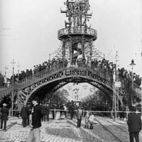 La Pasarela, repleta de curiosos viandantes, vista desde la calle San Fernando en dirección a la actual avenida Carlos V. Magnífico ejemplo de la arquitectura del hierro en Sevilla, fue proyectada por el ingeniero Dionisio Pérez Tobía y se inauguró el 18 de abril de 1896.